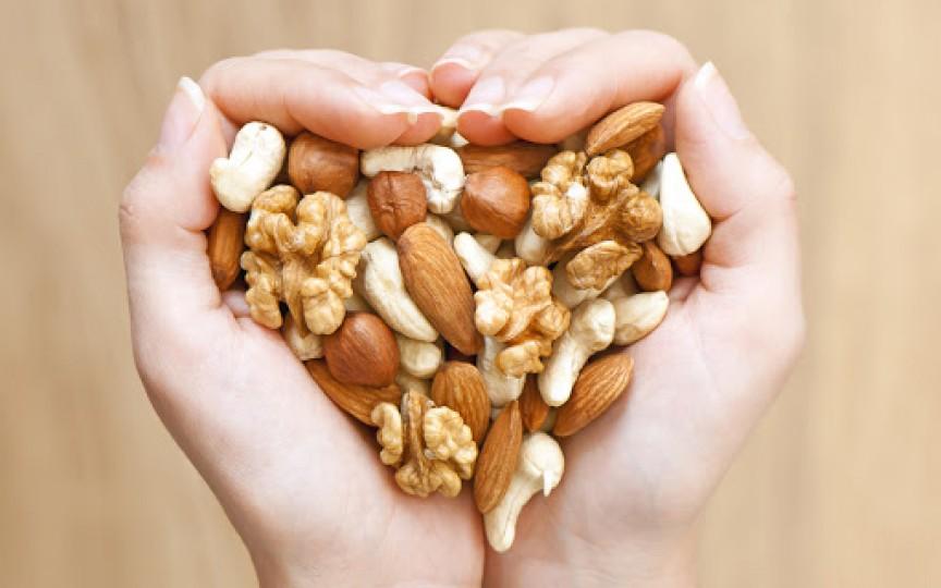 Un pumn de nuci consumate zilnic ne protejează de una dintre cele mai agresive forme de cancer