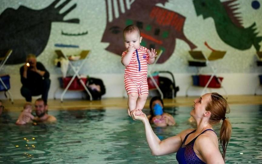 Un copil de 4 luni poate sta copăcel? Un medic învață părinții cum e posibil