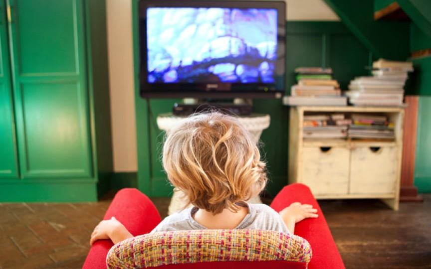 3 lucruri care se întâmplă în creierul copilului când se uită la televizor