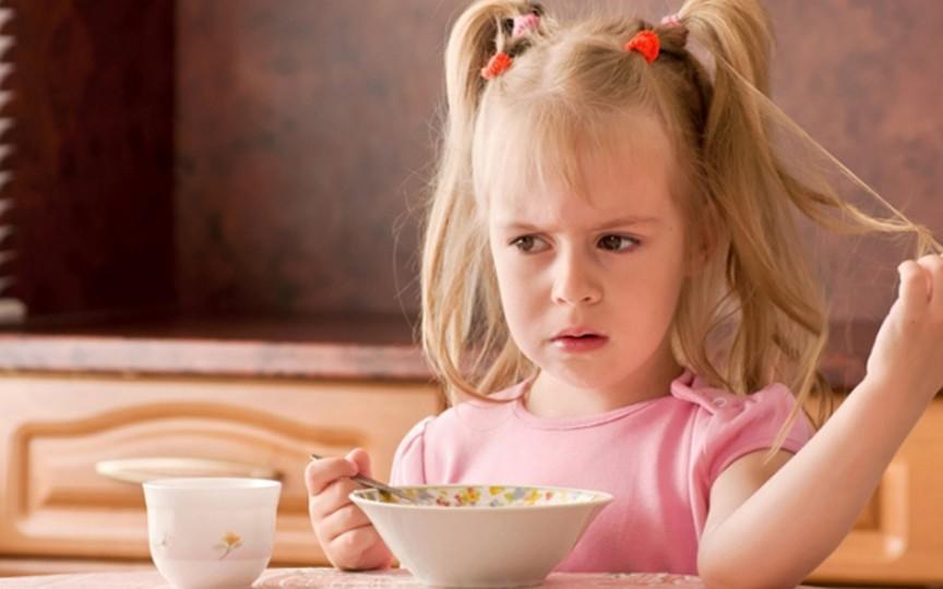 Lipsa poftei de mâncare la copii: motiv de îngrijorare sau nu?