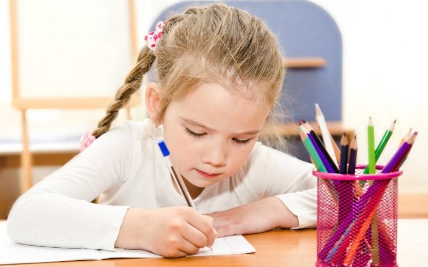 O mamă din Rusia a găsit o metodă genială ca să-și învețe fetița să scrie
