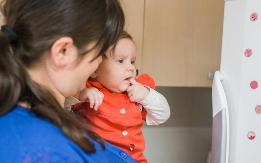 """Campania ,,În braţele mamei"""" – exemple de bunătate care vor ajuta mai multe mame să își crească pruncii alături"""