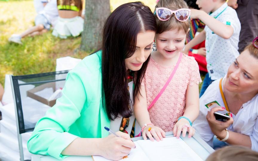 Înghesuială la autografe la lansarea Stelei Popa