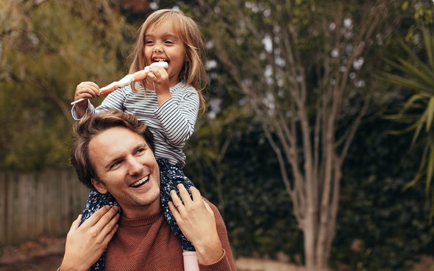 Pediatrii recomandă taților să petreacă timp cu copiii, deoarece contribuie la dezvoltarea lor