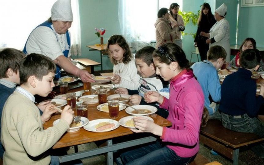 Vezi ce mănâncă elevii în școlile din 20 de țări