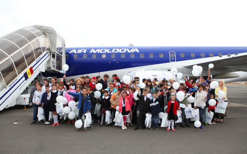 100 de copii de la Gimnaziul internat nr. 3 au zburat pentru prima dată cu avionul