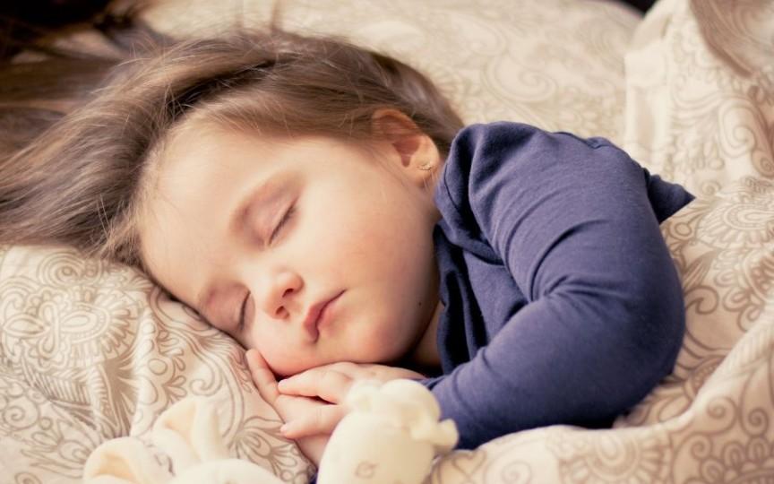 Obiceiul de a culca copiii devreme aduce multe beneficii pentru sănătatea mintală a mamelor și dezvoltarea copiilor