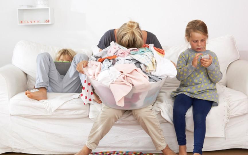 Destăinuirea unei mame: Eu şi soţul meu avem exact acelaşi job. Însă numai eu mă ocup de copii şi de casă!