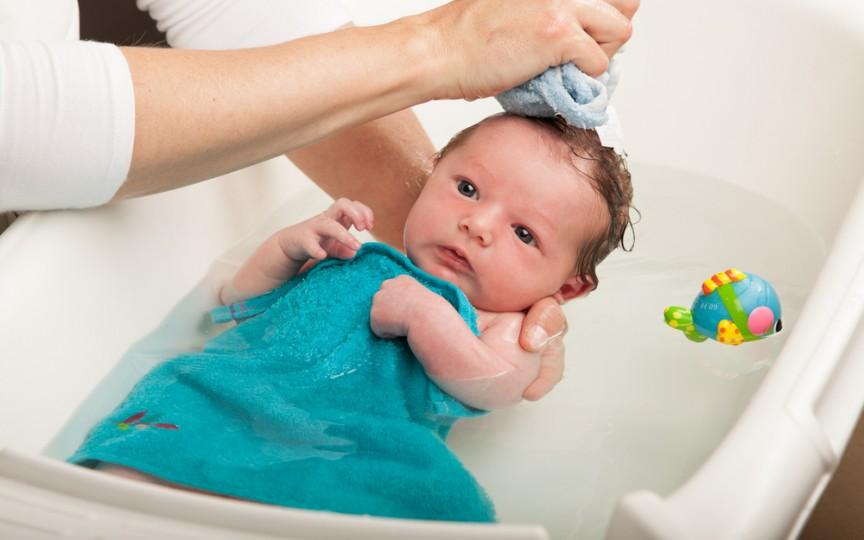 Tot ce trebuie să știi despre prima baie a bebelușului