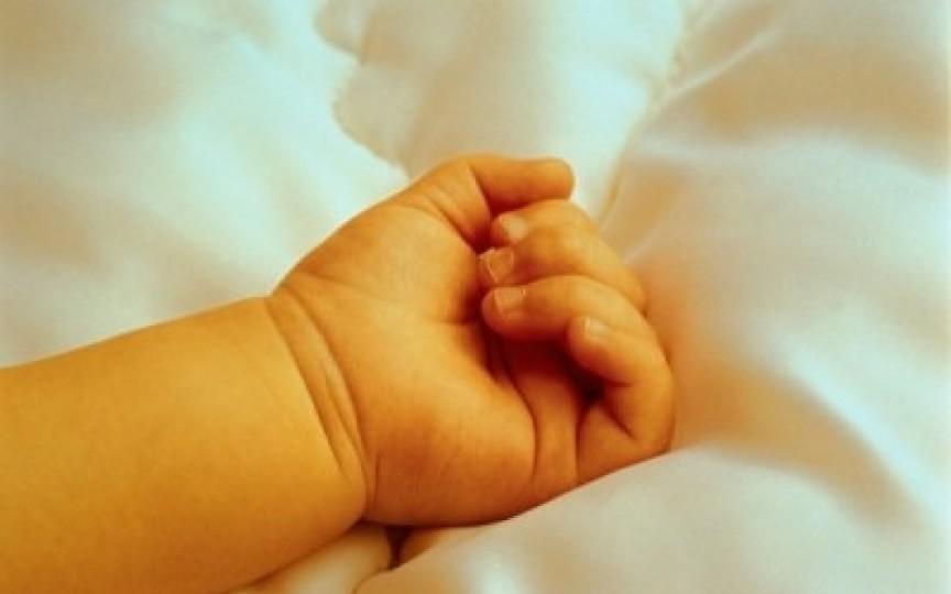 Un tată beat și-a snopit în bătaie bebelușul de doar 2 luni