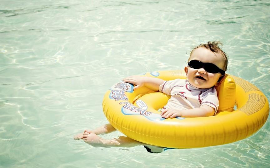 Sfaturi importante pentru zilele când mergi cu copilul la piscină