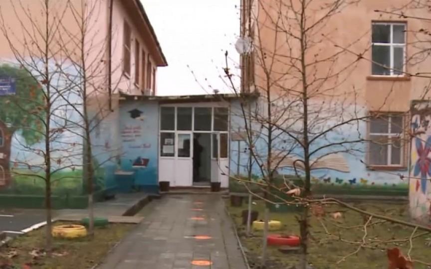 Doi elevi minori au avut relații intime în toaleta școlii. Directorul este acuzat că știa, dar că ar fi încercat să mușamalizeze cazul