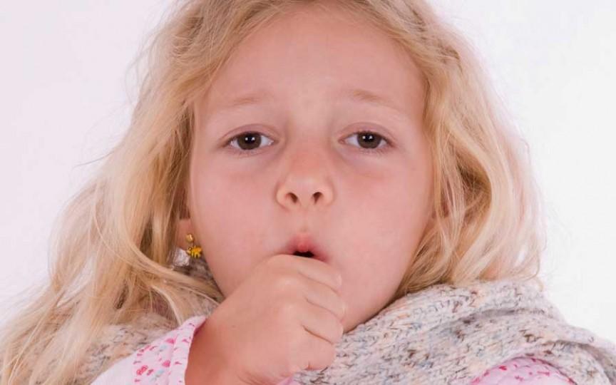 Pediatrul spune când să ne adresăm de urgență la medic dacă copilul tușește