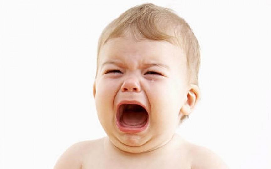 Specialistul explică de ce nu e bine să lași bebelușul să plângă