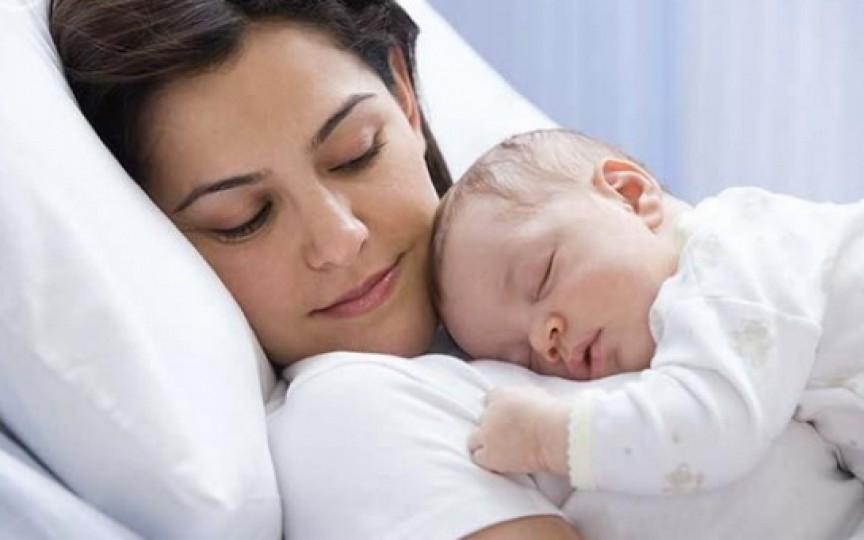 Copiii ar trebui să doarmă cu mamele până la 3 ani, conform specialiștilor