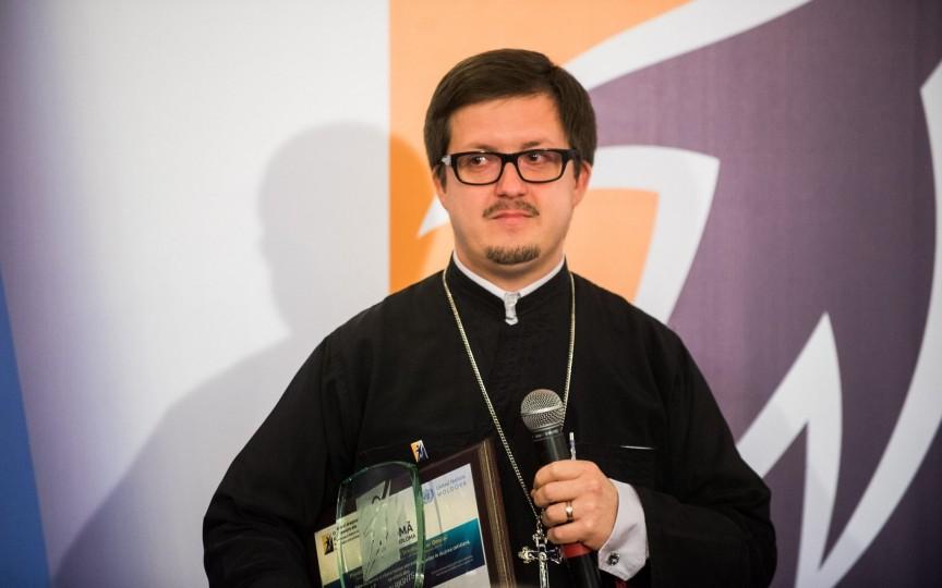 Preotul Maxim Melinti le zice părinților că dacă copilul plânge mult din motive neclare el trebuie dus la medic, nu la biserică