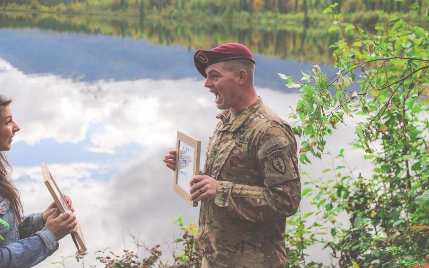 Soția unui militar l-a anunțat că este gravidă într-un mod inedit chiar înainte ca el să plece în misiune