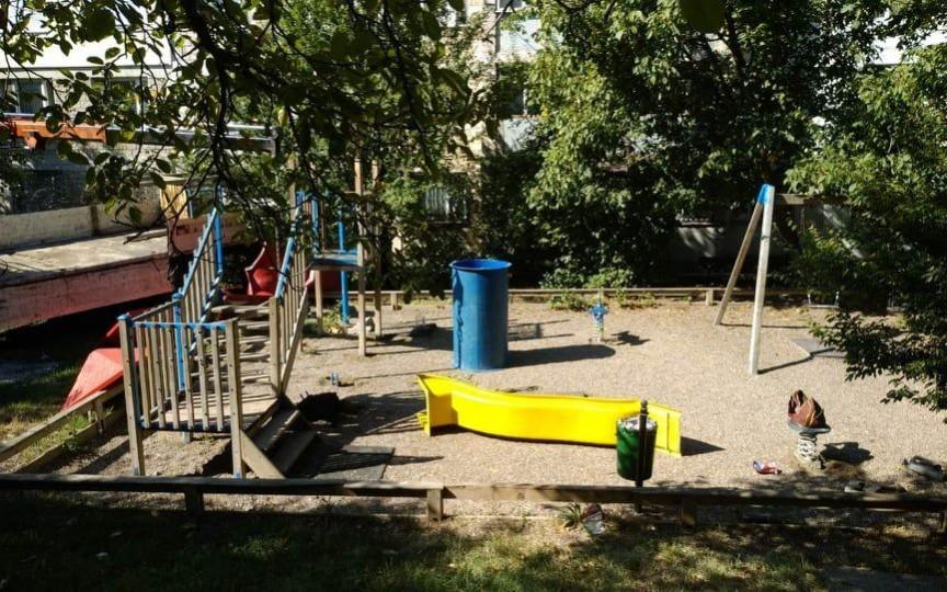 Primăria a demontat singurul spaţiu de joacă din preajma a două blocuri după ce unii locatari s-au plâns că copiii fac gălăgie