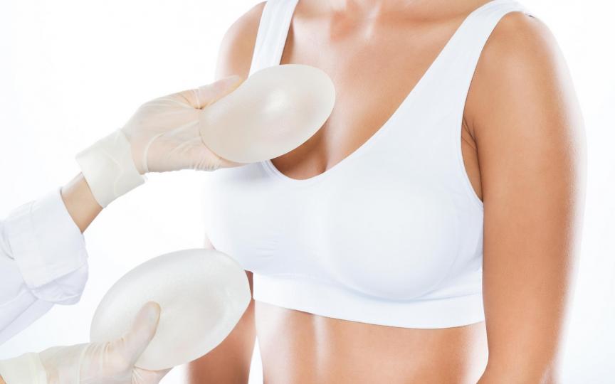 Operația de mărire a sânilor – explicații și mituri demontate de medicul estetician
