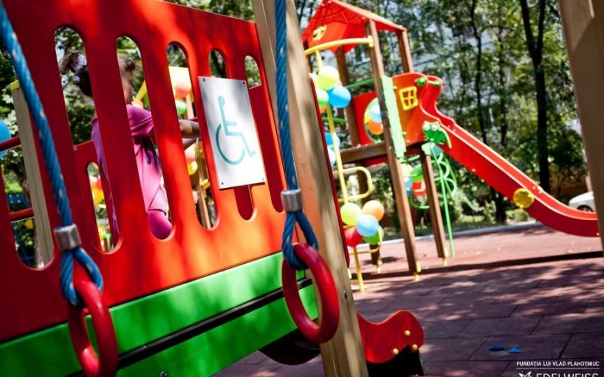 Pentru prima dată în Moldova a fost deschis un teren de joacă pentru copiii cu dizabilități
