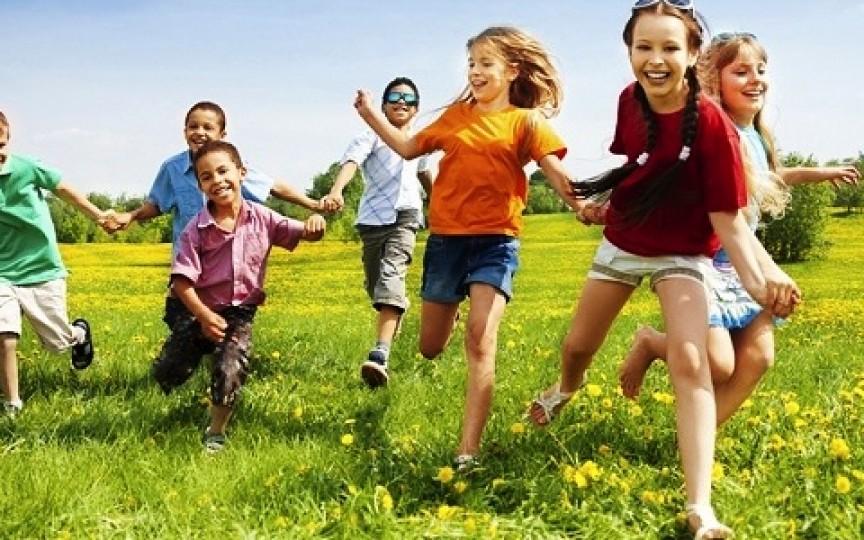 Un studiu care bate alarma: copiii petrec mult prea puțin timp afară
