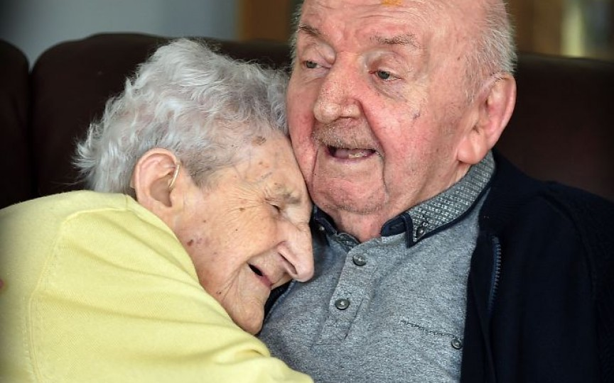 La vârsta de 98 de ani s-a mutat la azilul de bătrâni pentru a avea grijă de copilul său de 80 de ani