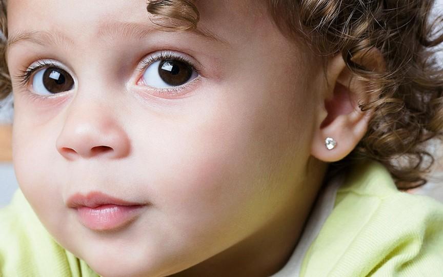Când le punem cercei fetițelor, în bebelușie sau când își doresc ele fiind mari? Răspunsurile mamelor!