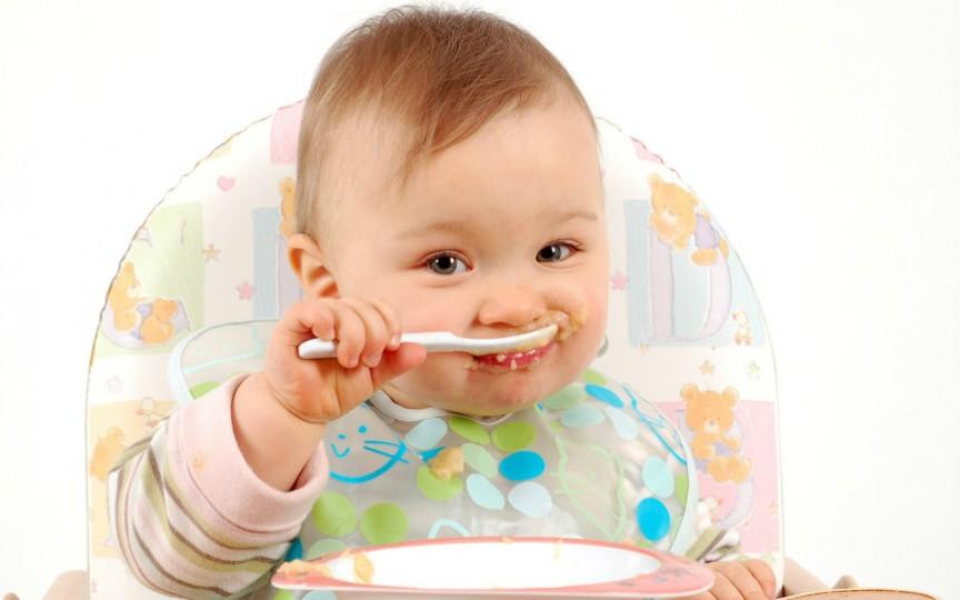 Cum să-ți înveți copilul să mănânce singur