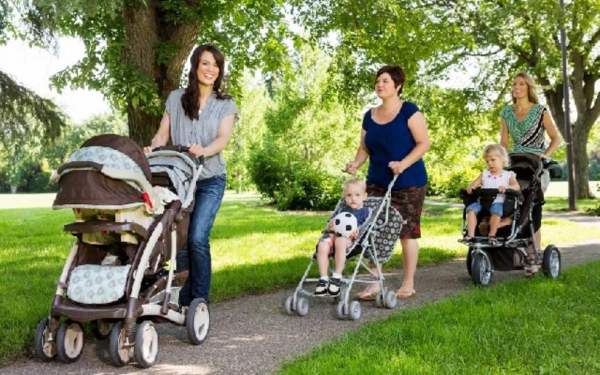 Un bărbat vorbește sarcastic despre femeile atotștiutoare, care oferă sfaturi nesolicitate mamelor