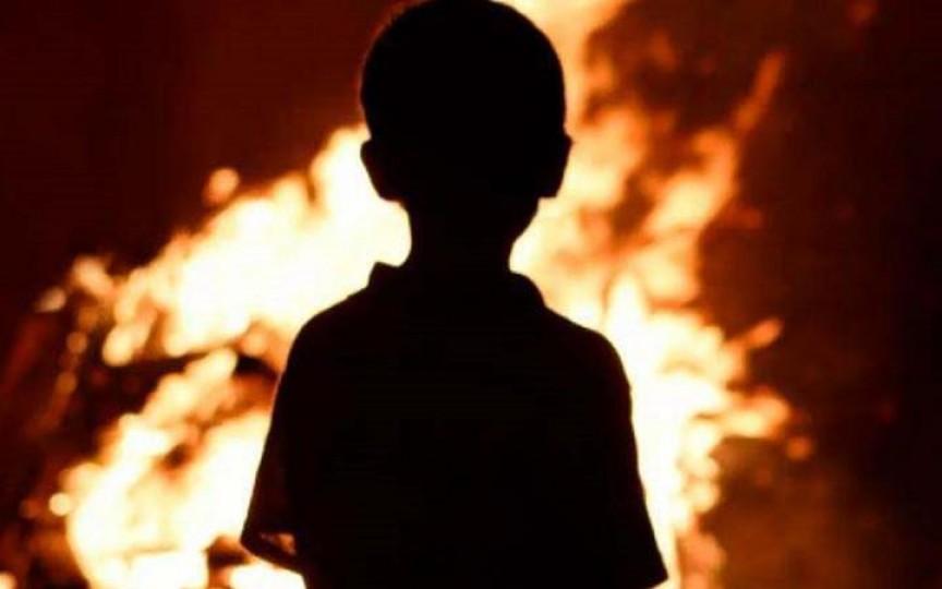 Un copil de 4 ani era să ardă de viu fiind lăsat singur acasă