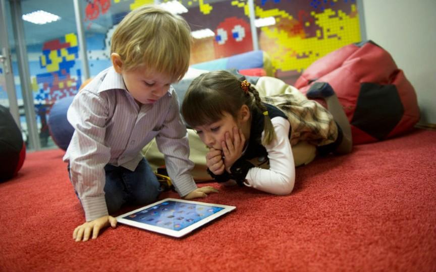 Un medic pediatru atenționează părinții să-și protejeze copiii până în 12 ani de influența gadgeturilor