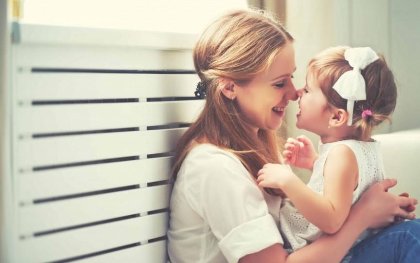 Studiu: Cu cât îmbrățișezi mai mult copilul, cu atât mai mult i se dezvoltă creierul