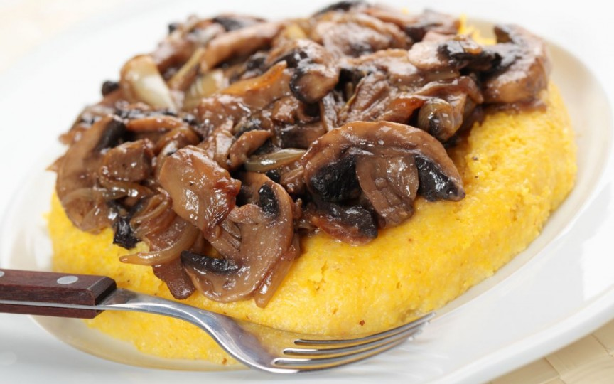 Ciuperci cu usturoi și garnitură de mămăligă - o masă delicioasă