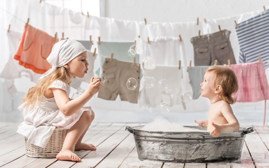 Cum alegem detergentul potrivit pentru hainele bebelușului