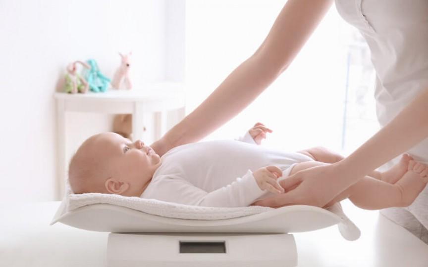 Bebelușul nu mai ia în greutate. Iată care pot fi cauzele și ce e de făcut!