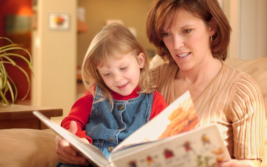 Cum să îţi convingi copilul să citească în vacanţă