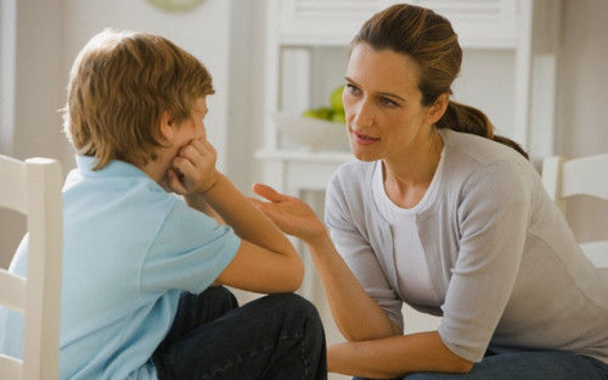 Cum să îţi înveţi copilul să nu te mai întrerupă atunci când vorbeşti