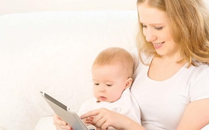 Studiu: Bebelușii lăsați în fața ecranelor se dezvoltă mai lent