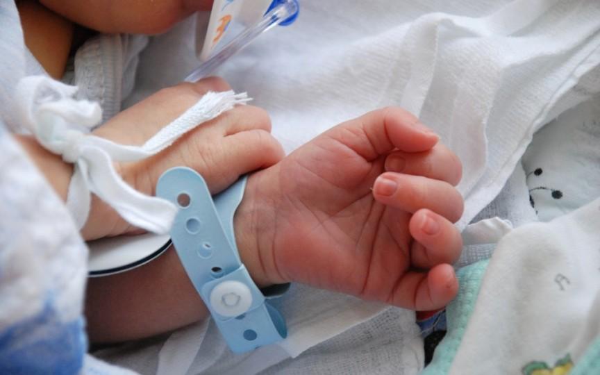 Un bebeluș de 10 luni este în reanimare după ce tatăl său l-a trântit în pământ