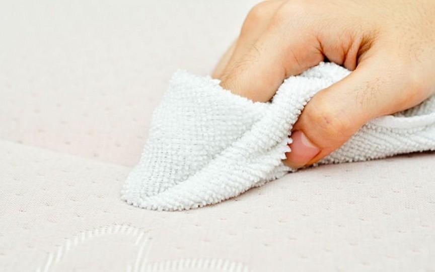 Pași pentru curățarea saltelei după ce micuțul a făcut pipi pe ea