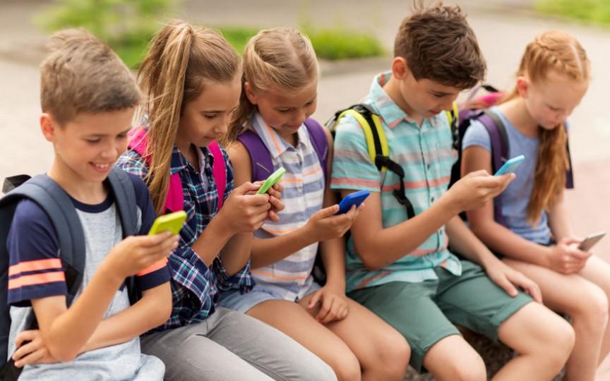 Timpul exagerat petrecut de copii în fața ecranelor duce la tulburări psihiatrice grave