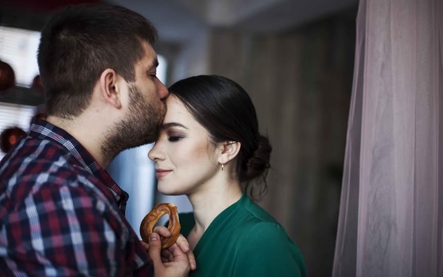 În loc de inel de logodnă, i-a îmbrăcat pe deget un covrig. Povestea de dragoste neordinară a unui cuplu din Moldova!