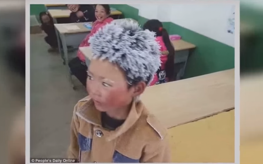 (Video) Băiețelul care a ajuns cu părul înghețat la școală
