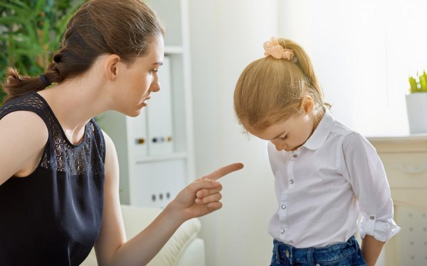 """""""Dacă greșești, Moș Crăciun nu-ți mai aduce daruri"""", este fraza pe care nu trebuie să o spui unui copil"""