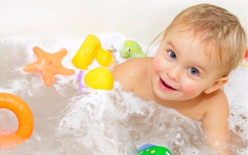 10 activități distractive pentru copii în timp ce fac baie