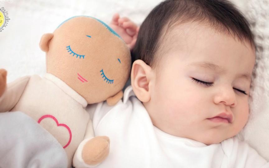 A fost inventată o păpușă miraculoasă care ajută copiii să doarmă