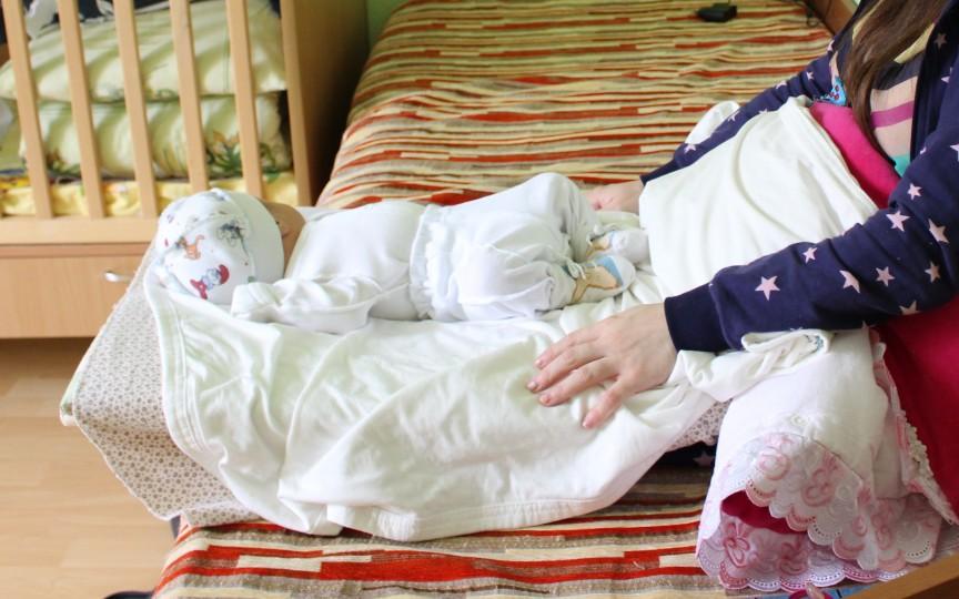 O mamă singură își dorește de Crăciun un cărucior ca să iasă la plimbare cu fiul ei de 3 săptămâni