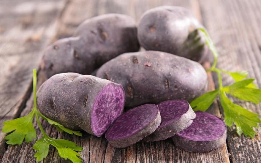 Ați știut câte beneficii au cartofii violeți? Sunt net superiori cartofilor clasici