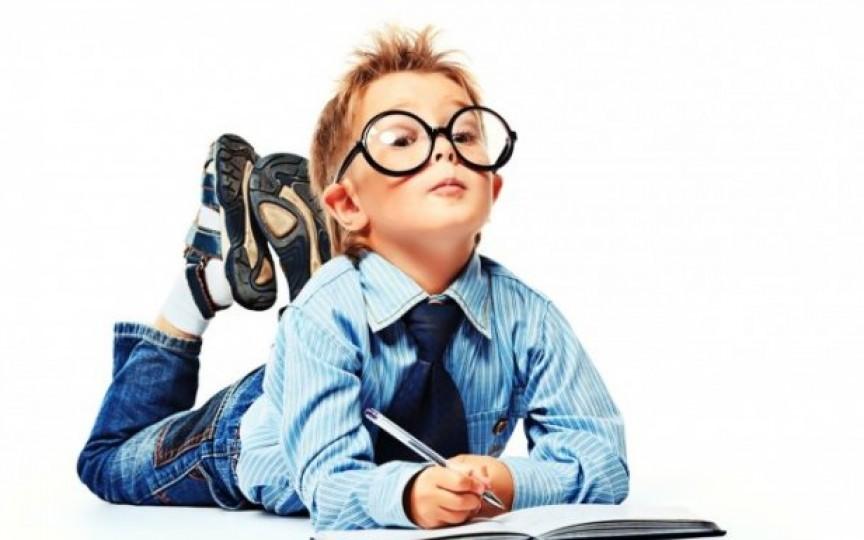Pericolele la care sunt expuşi copiii înscriși la şcoală prea devreme