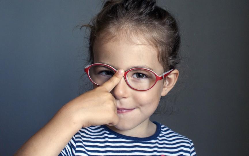 Oftalmologul explică de ce acum tot mai mulți copii poartă ochelari
